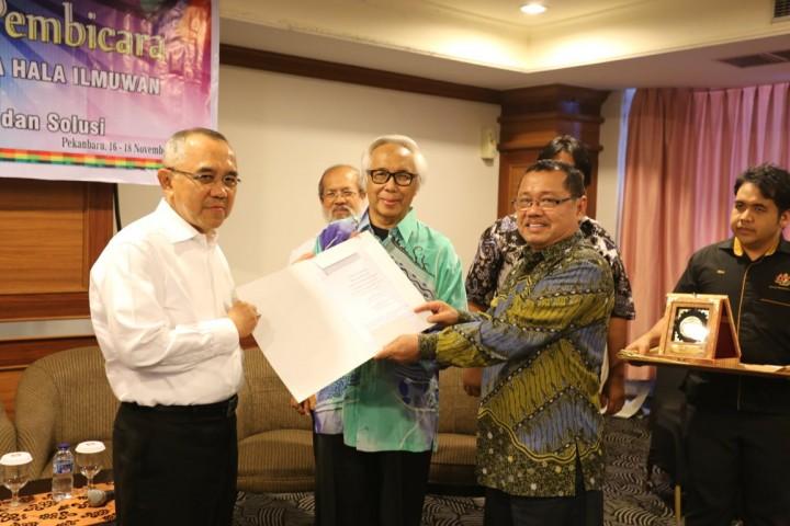 Penyrahan hasil RTD Kepada Plt Gubernur Riau